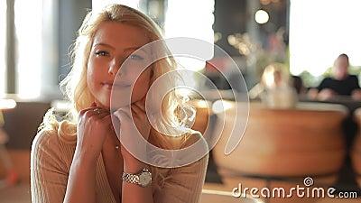 Vrij sexy vrouw het glimlachen portret, hoofd die op handen leunen stock footage