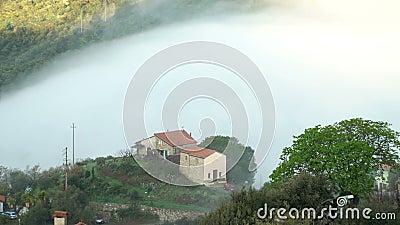 Vroege mistige ochtend in de Alpiene stad stock videobeelden