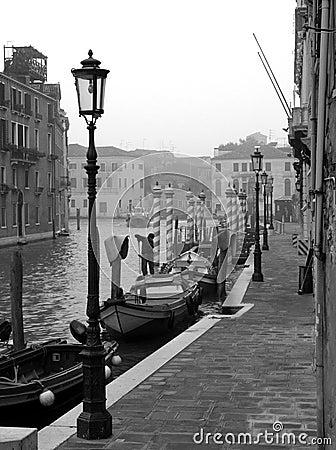 Vroege ochtend in Venetië, kanaal, boten, lantaarnpalen