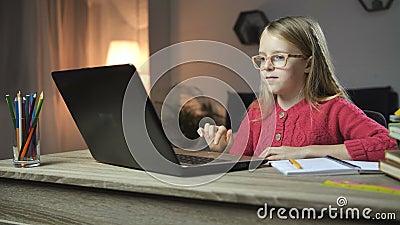 Vrolijk kind die thuiswerk online met laptop doen stock footage