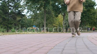 Vrolijke oude vrouw die in het park graaft, gezonde activiteit in de openlucht, het welzijn van de oude dag stock footage