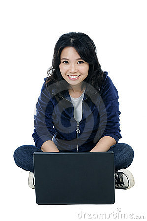Vrolijke vrouwenzitting op vloer met laptop