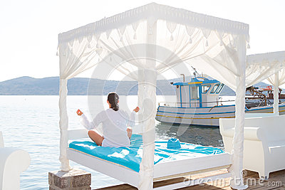 Vrouw bij meditatie door het overzees