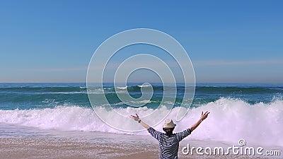 Vrouw blij met armen die op het strand dansen, vakantie gaat reizen stock video