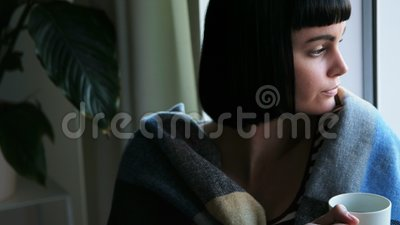 Vrouw in deken wordt verpakt die koffie die 4k hebben stock video