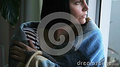 Vrouw in deken wordt verpakt die thuis 4k ontspannen die stock videobeelden