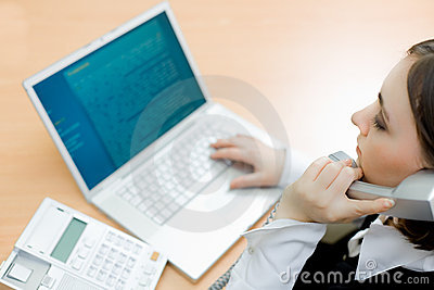 Vrouw die aan laptop (nadruk op vrouw) werkt
