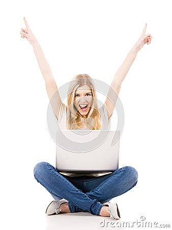 Vrouw die aan laptop werken