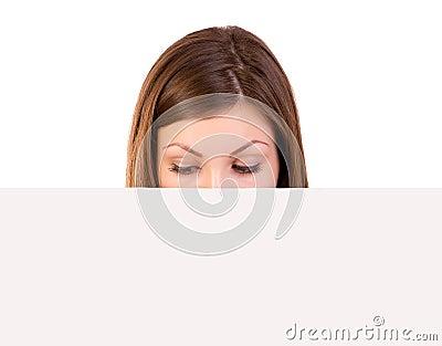 Vrouw die aanplakbord bekijken