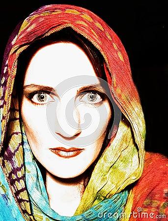 Vrouw die Band Geverfte Sjaal draagt