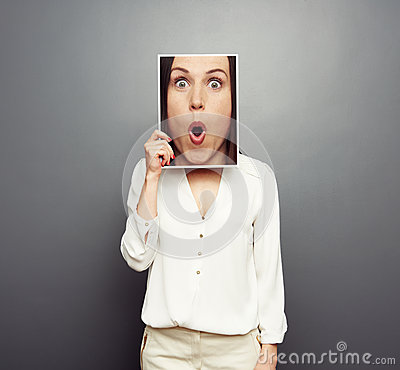 Vrouw die beeld behandelen met groot verbaasd gezicht