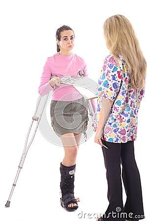 Vrouw die betalend haar medische rekeningen pruilt