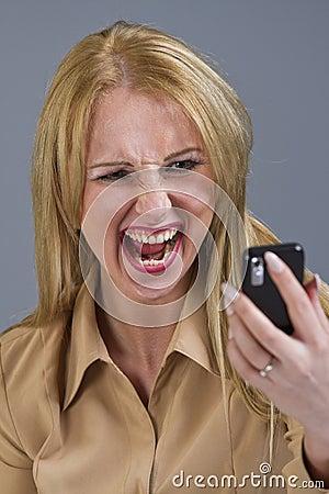 Vrouw die bij telefoon gilt