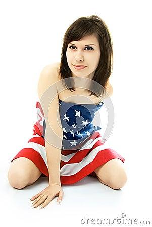 Vrouw in de Amerikaanse vlag op de vloer wordt verpakt die
