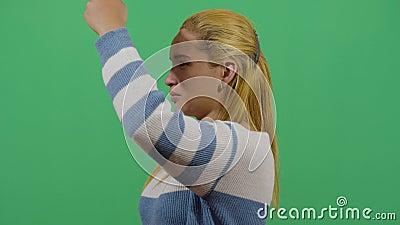 Vrouw die de hand als schaduw gebruikt stock videobeelden