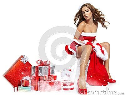 Vrouw die de kleren van de Kerstman draagt
