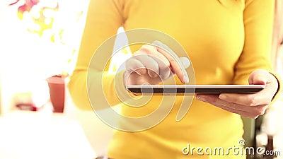 Vrouw die digitale tablet thuis 1080i gebruiken stock videobeelden