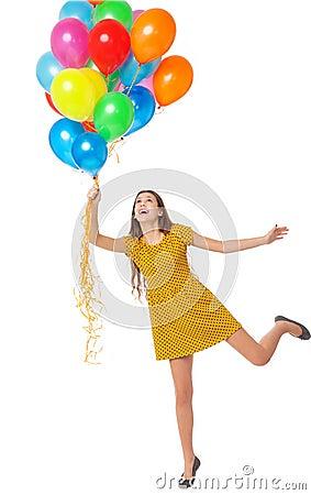 Vrouw die een bos van ballons houdt