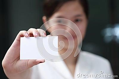 Vrouw die haar adreskaartje voorstelt