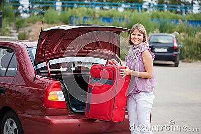 Vrouw die haar bagage inpakt