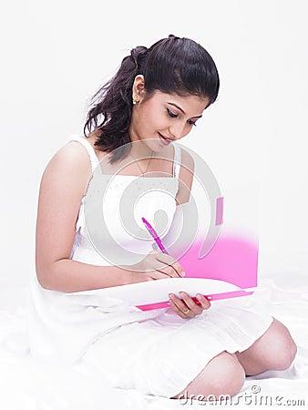 Vrouw die in haar dossier schrijft