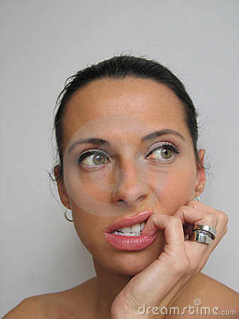 Vrouw die haar spijker bitting