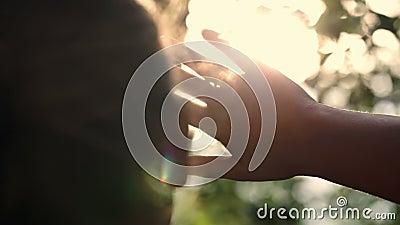 Vrouw die het verre manier verbergen van de zon kijken stock videobeelden