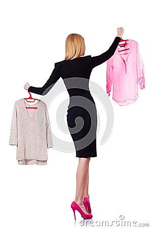 Vrouw die kleding proberen te kiezen