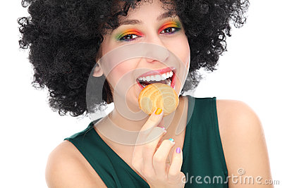 Vrouw die koekje eet