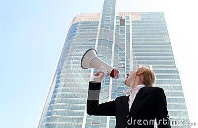 Vrouw die megafoon met behulp van