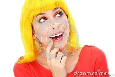 Vrouw die met gele pruik omhoog kijken