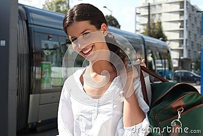 Vrouw die op de tram wacht