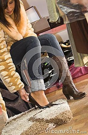 Vrouw die op nieuwe schoenen probeert