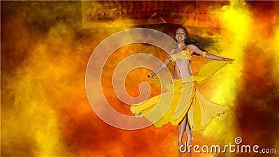 Vrouw die op stadium danst