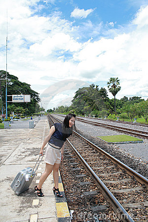 Vrouw die reizen van daar met haar bagage verlaat