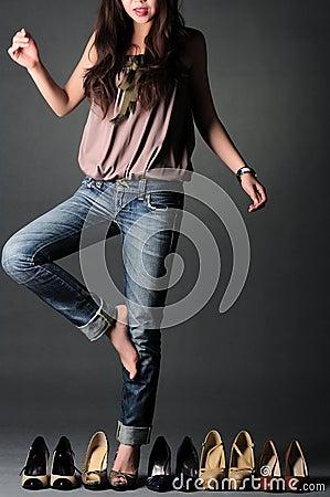 Vrouw die schoenen kiest