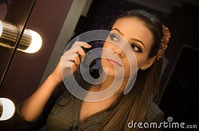 Vrouw die in spiegel kijkt