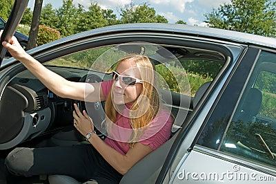 Vrouw die van auto weggaat