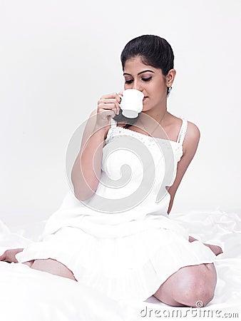 Vrouw die van haar thee geniet