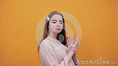 Vrouw die vingers bij elkaar houdt, van plan is bij camera, zijwaarts blijft stock footage