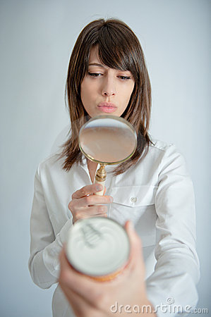 Vrouw die voedingsetiket in detail onderzoekt