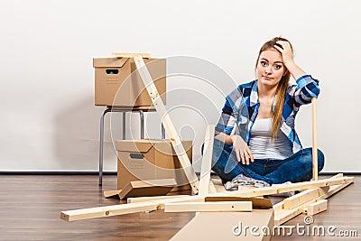 Vrouw die zich in het meubilair van de flatassemblage bewegen stock foto afbeelding 61624086 - Meubilair van de ingang spiegel ...