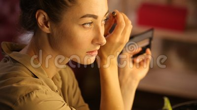 Vrouw doet wenkbrauwen met een borstel stock footage