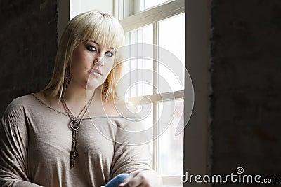 Vrouw door het venster