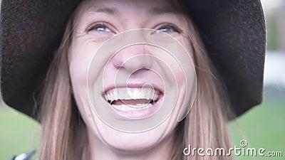 Vrouw in een hoed lacht vrolijk stock videobeelden