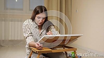 Vrouw in een lichthemd tekent met een borstel stock videobeelden