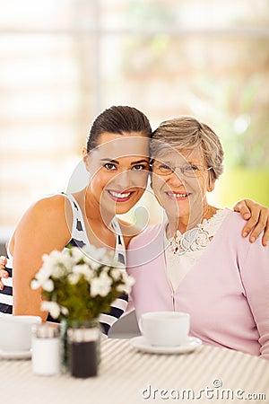 Vrouw en grootmoeder