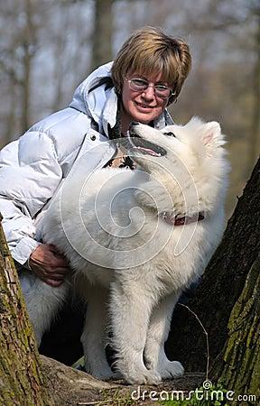 Vrouw en hond Samoed