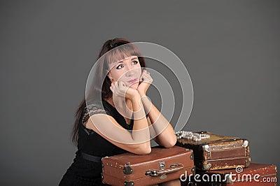 Vrouw en oude koffers