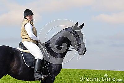 Vrouw en zwart paard